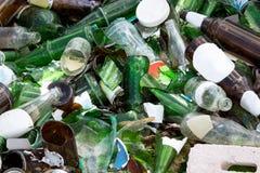 Operações de descarga vidro, reciclando imagem de stock