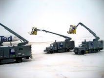 Operações de remoção do gelo v2 do avião foto de stock