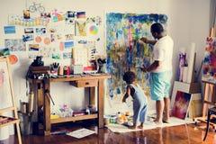 Opera d'arte africana della pittura del figlio e del padre fotografia stock libera da diritti