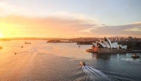 Opera, punkt zwrotny Sydney miasto CBD na schronienia waterfro fotografia stock