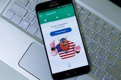Opera VPN app i den Android smartphonen som förbinder till Förenta staterna Arkivfoto