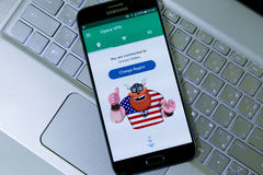 Opera VPN app in smartphone di Android che si collega negli Stati Uniti Fotografia Stock