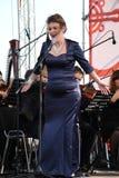 Operaaktris och sångare Alina Shakirova (Ryssland), mezzosopran, på den öppna etappen Royaltyfria Foton