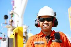Operación de la grabación del operador del proceso del petróleo y gas en el aceite y la planta del aparejo, de la industria coste Fotos de archivo