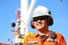 Operación de la grabación del operador del proceso del petróleo y gas en el aceite y la planta del aparejo, de la industria coste Fotografía de archivo