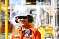 Operación de la grabación del operador del proceso del petróleo y gas en el aceite y la planta del aparejo, de la industria coste Fotografía de archivo libre de regalías