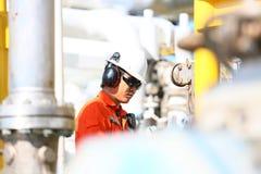 Operación de la grabación del operador del proceso del petróleo y gas en el aceite y la planta del aparejo, de la industria coste Imagen de archivo libre de regalías