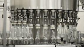Operación de una máquina de embotellado automática con el líquido Tiro del primer de las botellas del movimiento, de la fijación  almacen de metraje de vídeo