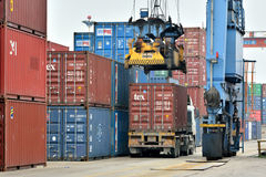 Operación del cargamento del cargo en la yarda de mercancías, Xiamen, China Imagen de archivo