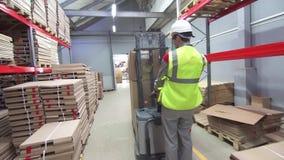 Operación industrial de la carretilla elevadora en Warehouse moderno almacen de video