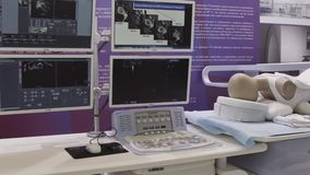 Operación médica del robot que implica el robot que realiza cirugía en la laparoscopia humana modelo en sala de operaciones en mo almacen de metraje de vídeo