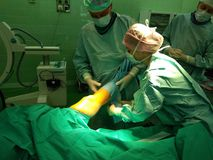 Operación quirúrgica en traumatology en la rodilla fotos de archivo libres de regalías
