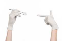 Operaci i medycyny temat: lekarki ręka w białej rękawiczce trzyma chirurgicznie kahat z mopem odizolowywającym na białym tle Fotografia Royalty Free