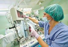 Operaci pielęgniarka pracuje podczas operaci fotografia stock