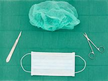 Operaci wyposażenie, maska, nożyce, nóż, ostrze właściciel, włosiana nakrętka dalej fotografia stock
