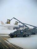 Operaciones de descongelación del aeroplano Fotografía de archivo libre de regalías