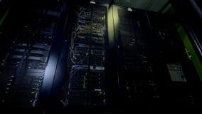 Operaciones de la noche del hardware del centro de datos que brilla intensamente almacen de video