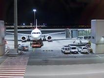 Operaciones del aeropuerto de la noche Fotografía de archivo