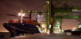 Operaciones del cargo en la terminal de contenedores ocupada durante noche imágenes de archivo libres de regalías