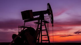 Operacyjny ropa i gaz well profilujący na zmierzchu niebie obraz royalty free