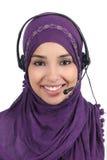 Operador árabe bonito da mulher com auriculares Imagens de Stock Royalty Free