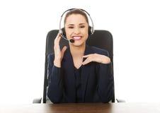 Operador alegre de sorriso do telefone da sustentação imagem de stock