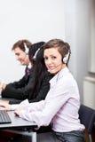 Operador amistoso del agente del callcenter con las auriculares imagen de archivo