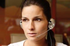 Operador atractivo con el receptor de cabeza Foto de archivo libre de regalías