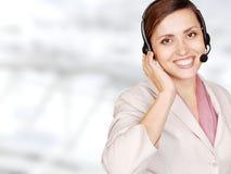 Operador atractivo del centro de atención telefónica de la mujer joven Fotografía de archivo