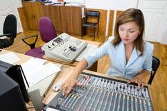 operador audio en la consola de control audio fotografía de archivo