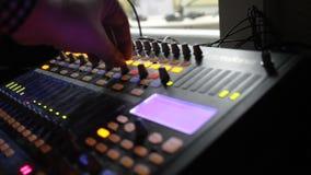 Operador audio profesional que trabaja en botones audios del mezclador metrajes