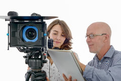 Operador cinematográfico da jovem mulher e o homem maduro foto de stock royalty free
