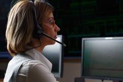 Operador com o fones de ouvido no centro de controle da distribuição de poder fotografia de stock