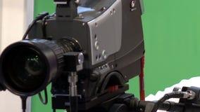 Operador com uma câmara de vídeo profissional em um estúdio da televisão filme