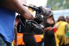Operador da câmara de vídeo que trabalha com seu equipamento imagem de stock royalty free