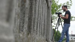 Operador da câmara de vídeo tiro de baixo de vídeos de arquivo
