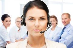 Operador da linha aberta com os fones de ouvido no centro de chamada Imagens de Stock
