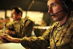 Operador das comunicações do exército britânico em um centro de comando remoto imagens de stock royalty free