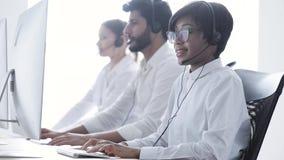 Operador de centro de atención telefónica Mujer negra hermosa en el funcionamiento de las auriculares metrajes