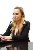 Operador de centro bastante de sexo femenino de ayuda con las auriculares Foto de archivo libre de regalías