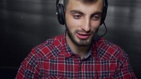 Operador de centro de atención telefónica amistoso en trabajo almacen de metraje de vídeo