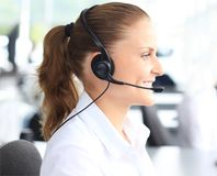 Operador de centro de atención telefónica de sexo femenino joven hermoso Fotografía de archivo