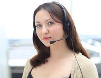 Operador de centro de atención telefónica de sexo femenino joven hermoso Fotografía de archivo libre de regalías