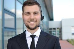 Operador de centro de atención telefónica de sexo masculino joven Foto de archivo