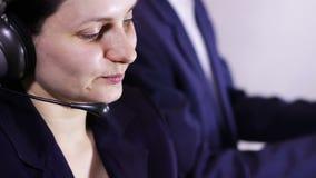 Operador de centro de atención telefónica que habla con el cliente metrajes