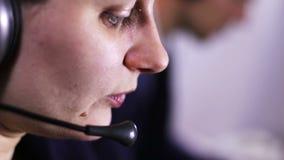 Operador de centro de atención telefónica que habla con el cliente almacen de video
