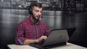 Operador de centro de atendimento amigável no trabalho vídeos de arquivo