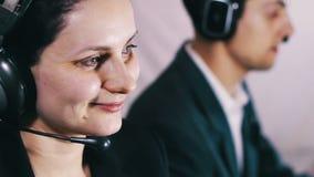 Operador de centro de atendimento que fala com cliente vídeos de arquivo
