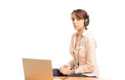 Operador de centro de llamada o recepcionista atractivo fotografía de archivo libre de regalías