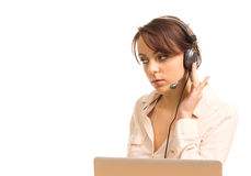 Operador de centro de llamada que toma una llamada Fotos de archivo libres de regalías